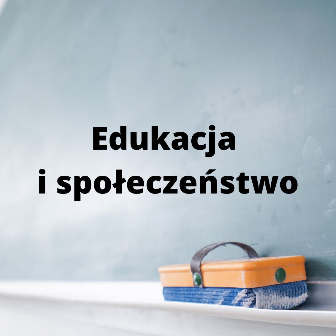 Edukacja i smeinarium na tle szkolnej tablicy